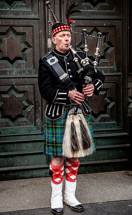 traditional scotish man wearing a kilt